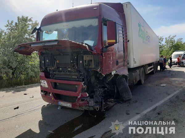 Правоохоронці встановлюють обставини ДТП у Новоодеському районі, внаслідок якої травм зазнали водій та пасажири легковика
