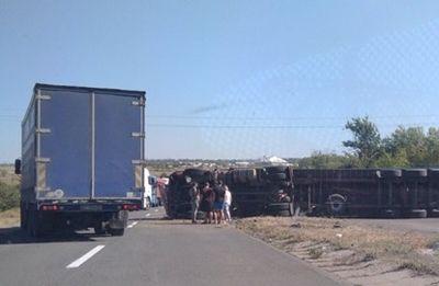Возле Новой Одессы первернулась фура и перекрыла движение (Фото)