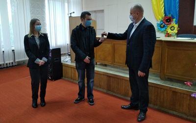 В Еланце молодому хирургу вручили ключи от служебного жилья