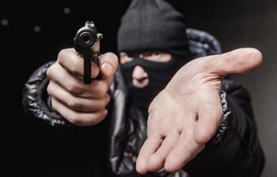 Николаевская полиция просит помощи в поиске преступника который совершил разбойное нападение на автозаправку