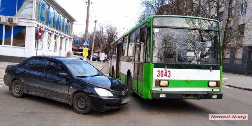 В центре Николаева столкнулись легковушка и троллейбус
