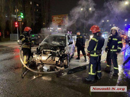 В Николаеве после столкновения двух легковушек, одна из них загорелась (Фото)