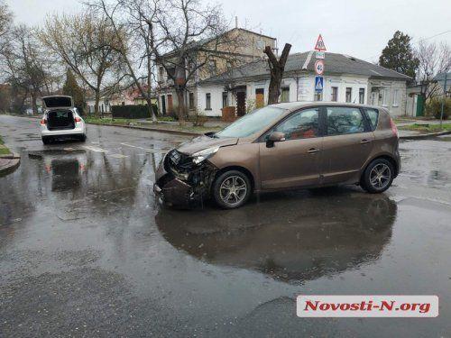 В Николаеве дама за рулём авто нарушив правила ПДД протаранила другой автомобиль