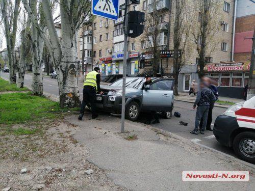 В Николаеве водитель на кроссовере после столкновения с легковушкой, влетел в дерево